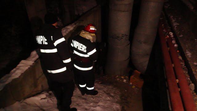 pompieri cauta oamenii strazii