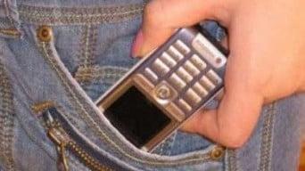 copil cu telefon mobil