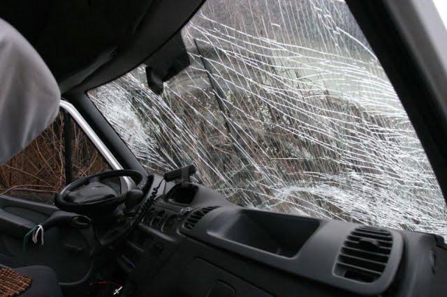 masina accident parbriz spart