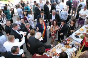 Invitaţii şi oficialităţile au vizitat standurile cu produse culinare şi s-au arătat impresionaţi