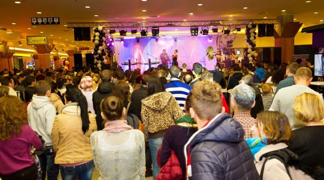 Iulius Mall Suceava 03 concert holograf (2)