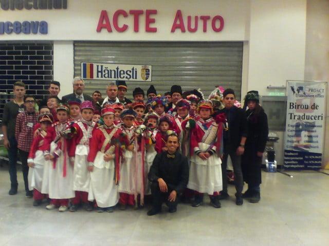elevii Scolii din Hantesti alaturi de organizatorii   concursului Colind de Craciun din 21.12.2014