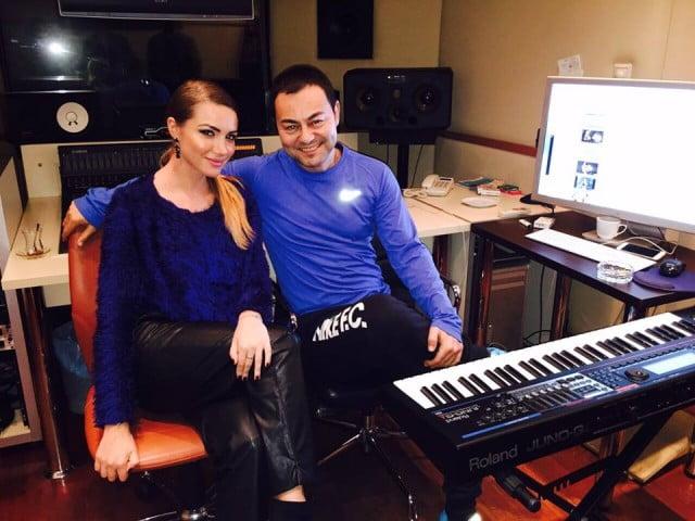 Otilia alături de Serdar Ortaç în studioul de înregistrări din Turcia