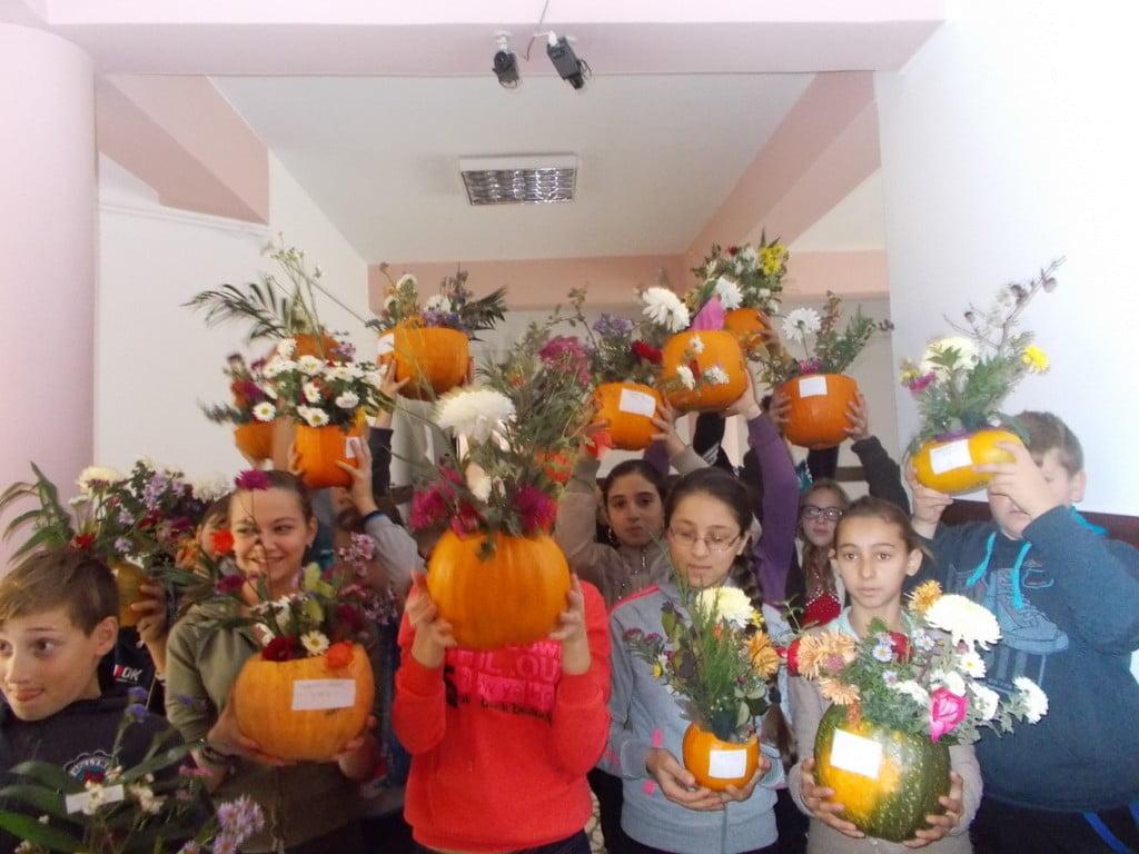 Ikebana de Halloween la Scoala din Scheia (2)