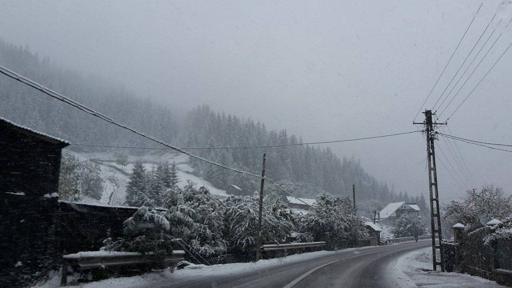 stalp electricitate, drum, ninsoare, zapada, iarna