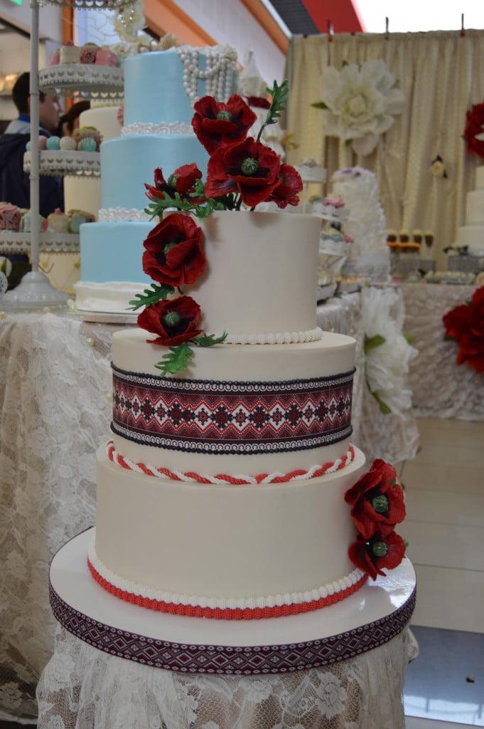 Tort De Nuntă Cu Motive Tradiționale și Maci Rochii și Costume
