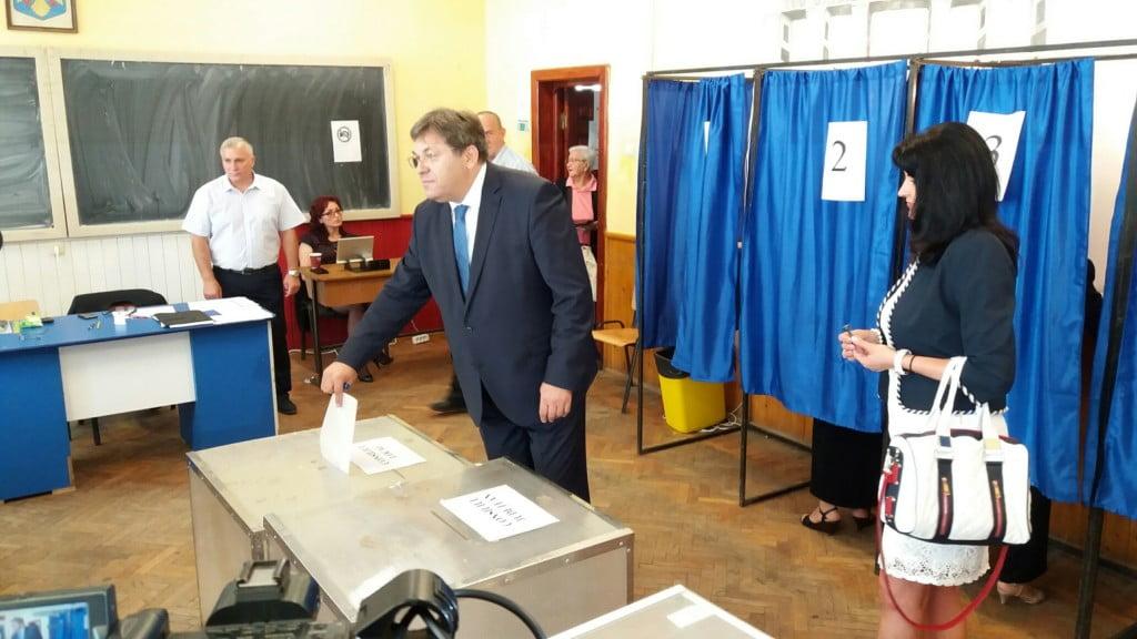 Corneliu Popovici la urna de vot (2)
