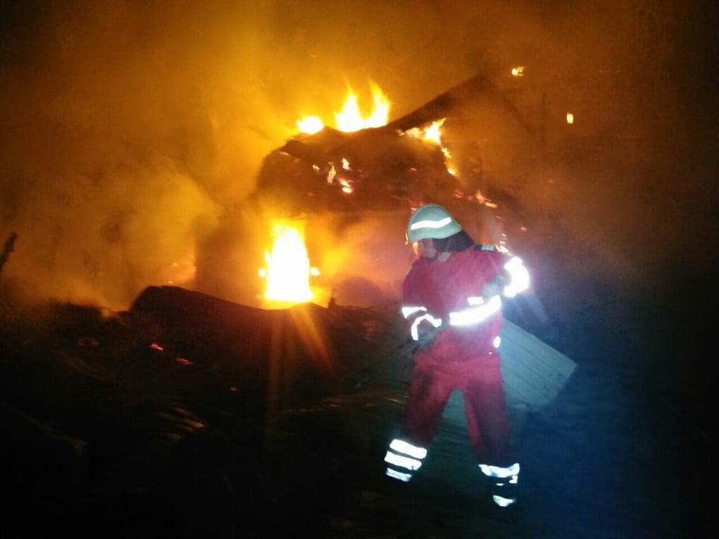 incendiu Dragoiesti noaptea, pompieri (17)