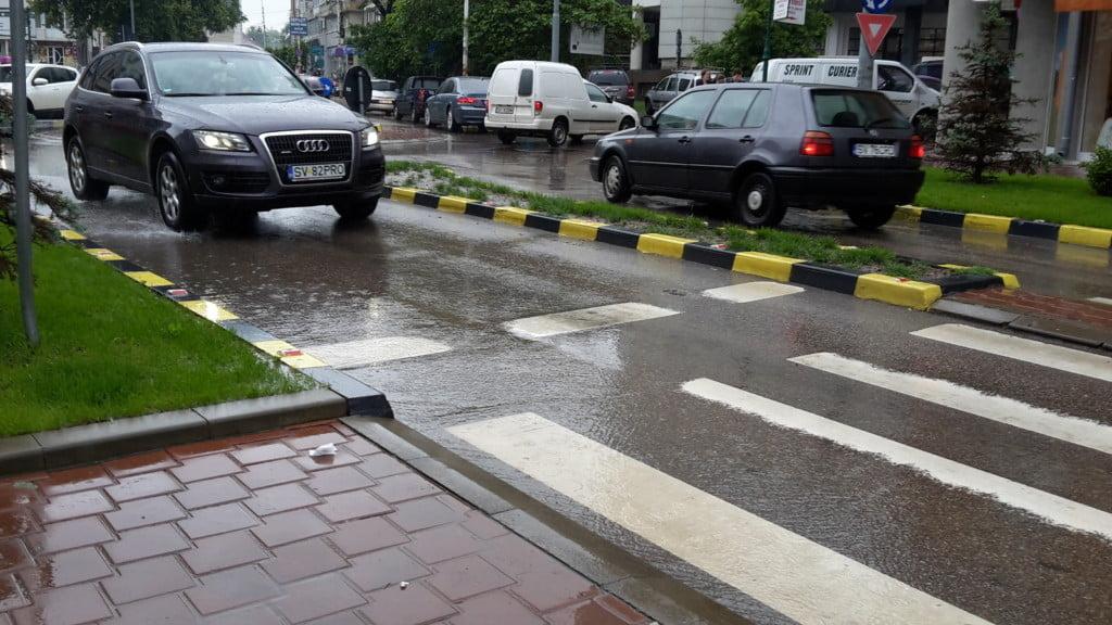 trafic, ploaie, sens giratoriu, masini, centru (11)