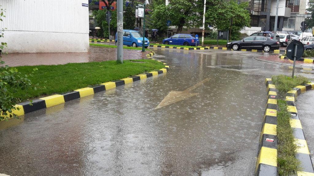 trafic, ploaie, sens giratoriu, masini, centru (18)