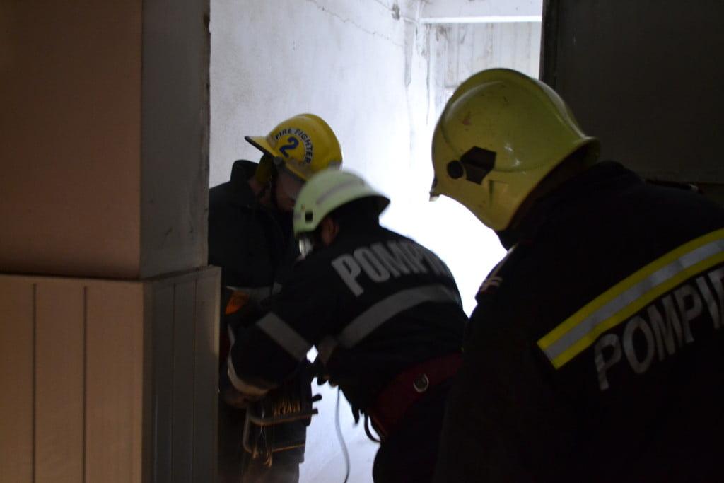 pompieri-incendiu-hala-dezafectata-1